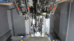 Volledig het geautomatiseerde CNC machinaal bewerken stock footage