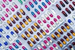 Volledig kader van kleurrijke antimicrobial capsulepillen Kwaliteitscontrolefout in farmaceutische productie Blaarpak het missen royalty-vrije stock afbeeldingen