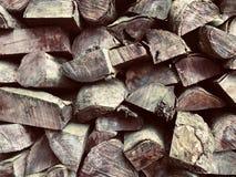 Volledig Kaderschot van Einden van gesneden hout in een stapel stock foto's