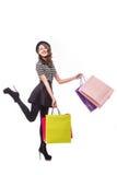 Volledig lengte zijaanzicht van het jonge vrouw lopen met het winkelen zak geïsoleerd over witte achtergrond Royalty-vrije Stock Foto's