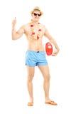 Volledig lengteportret die van een mannetje in borrels, een bal houden stock afbeeldingen
