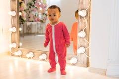 Volledig lengteportret van de gemengde jongen van de rasbaby in het huis royalty-vrije stock fotografie