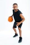 Volledig lengteportret van een Afrikaans mensen speelbasketbal Royalty-vrije Stock Foto