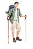 Volledig lengteportret van een glimlachende wandelaar met rugzak Royalty-vrije Stock Fotografie