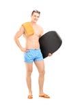 Volledig lengteportret van een hadsome mens in een zwemmende kostuumholding Stock Foto