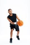 Volledig lengteportret van een het glimlachen speelbasketbal van de sportenmens Royalty-vrije Stock Afbeelding
