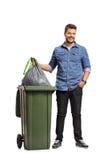Volledig lengteportret van een kerel die het huisvuil nemen Stock Afbeeldingen