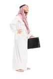 Volledig lengteportret van een mannelijke Arabische persoon met koffer het stellen Stock Afbeeldingen