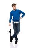 Volledig lengteportret van een mens die zich met paraplu bevinden Royalty-vrije Stock Fotografie