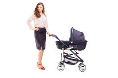 Volledig lengteportret van een moeder met een wandelwagen Royalty-vrije Stock Foto