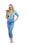 Volledig lengteportret van een mooie vrouw met haar weinig puppy stock afbeeldingen