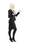 Volledig lengteportret van een onderneemster die met handen gesturing Stock Foto