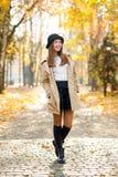 Volledig lengteportret van een schitterende tiener in het park stock foto's