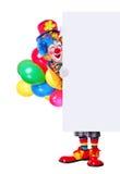 Volledig lengteportret van een verjaardagsclown die de lege raad houdt Stock Afbeelding
