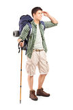 Volledig lengteportret van een wandelaar met rugzak het kijken stock fotografie