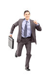 Volledig lengteportret van een zakenman die met een aktentas a lopen Royalty-vrije Stock Foto's