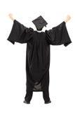 Volledig lengteportret van gediplomeerde student met opgeheven handen, achtergedeelte Stock Afbeeldingen