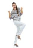 Volledig lengteportret van gelukkige jonge vrouw die het gebaar van de vuistpomp maken stock foto's