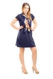 Volledig lengteportret van het jonge vrouw stellen in marineblauwe kleding royalty-vrije stock foto's