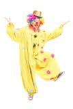 Volledig lengteportret van het mannelijke grappige circusclown stellen Stock Foto