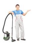 Volledig lengteportret van het schoonmaken de dienstwerknemer het stellen met Stock Foto