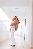 Volledig lengteportret van moeder en glimlachende baby Stock Fotografie