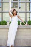 Volledig lengteportret van mooie modelvrouw met lange benenwea stock afbeelding