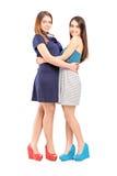 Volledig lengteportret van twee vrouwelijke beste vrienden Stock Afbeeldingen