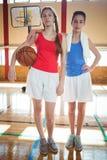 Volledig lengteportret van vrouwelijke basketbalspelers Stock Fotografie
