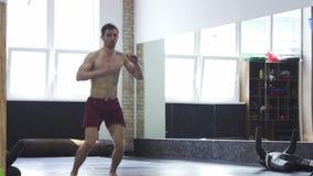Volledig lengteschot van gescheurde mmavechter het praktizeren hich schoppen bij de gymnastiek stock footage