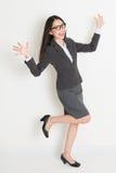 Volledig lichaam die Aziatische bedrijfsvrouw toejuichen Stock Fotografie