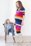 Volledig lichaamsportret van Zwangere vrouw met kind Stock Foto