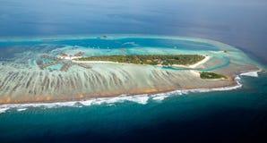 Volledig - mening van typisch Maldivian eiland stock afbeelding