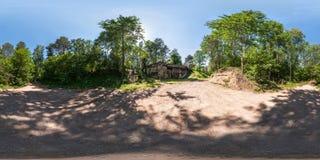 Volledig naadloos panorama 360 door 180 hoekmening ruïneerde verlaten militaire vesting binnen van de Eerste Wereldoorlog in bos stock afbeelding