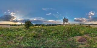 Volledig naadloos sferisch panorama 360 door 180 graden hoek bekijkt binnen op een hoge zichtberg naast de oude houten brandtoren stock foto's