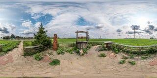 Volledig naadloos sferisch panorama 360 door hoek 180 bekijkt een plaats van rust met een putzinkput en een houten lijst in equir stock foto's