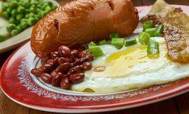 Volledig ontbijt, Engelse keuken, traditionele schotel van Groot-Brittannië en de maaltijd van Ierland die typisch bacon, worsten stock afbeeldingen