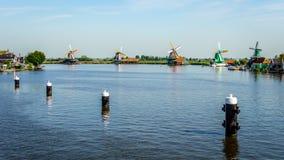 Volledig - operationele historische Nederlandse Windmolens en huizen langs de Zaan-Rivier Royalty-vrije Stock Foto's
