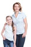 Volledig portret van gelukkige moeder en jonge dochter Stock Foto