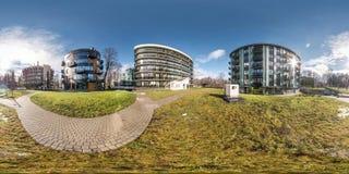 Volledig sferisch naadloos panorama 360 van de hoekgraden mening dichtbij modern complex hotel 360 stock foto's