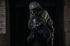 Volledig uitgeruste militaire mensen met automatische wapens Stock Afbeelding