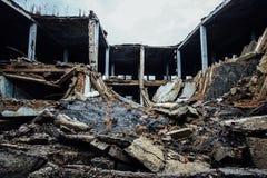 Volledig vernietigd door oorlog deed ineenstorten de industriële bouw stock afbeelding