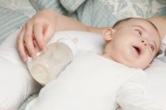 Baby na het voeden stock afbeeldingen