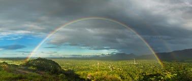 Volledige dubbele regenboog boven de vallei royalty-vrije stock fotografie