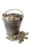 Volledige emmer van zilveren muntstukken royalty-vrije stock foto