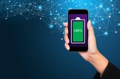 Volledige geladen batterij groen pictogram in het mobiel telefoonscherm Vrouw royalty-vrije stock afbeeldingen