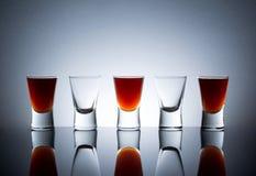 Volledige glazen dichtbij lege glazen Stock Afbeeldingen