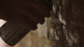 Volledige HD Kunstenaar het schilderen met spuitbus Close-up stock video