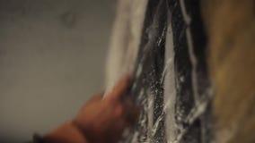 Volledige HD Kunstenaar het schilderen met spuitbus lage hoek stock footage