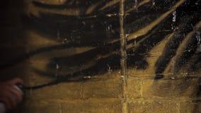 Volledige HD Kunstenaar het schilderen met spuitbus middenschot stock footage